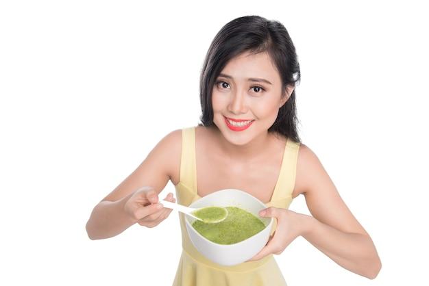 Een vrouw wordt verkouden, ziek, aziatisch