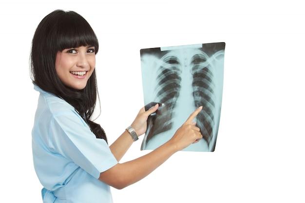Een vrouwelijke arts controleert röntgenfoto