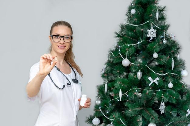 Een vrouwelijke arts houdt pillen vast