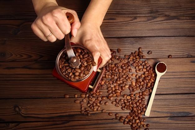 Een vrouwelijke handen en een koffiemolen