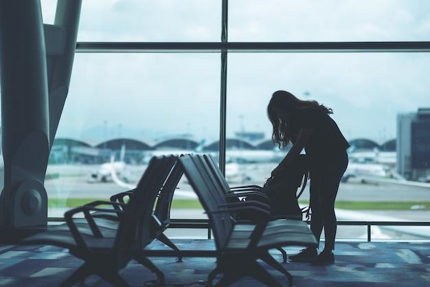 Een vrouwelijke reiziger die haar tas voorbereidt en inpakt op de luchthaven