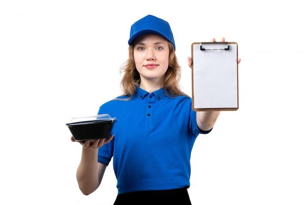 Een vrouwelijke werknemer van de vooraanzicht jonge vrouwelijke koerier van de blocnote van de de leveringsdienst van de voedsellevering voor handtekeningen en kom met voedsel op wit