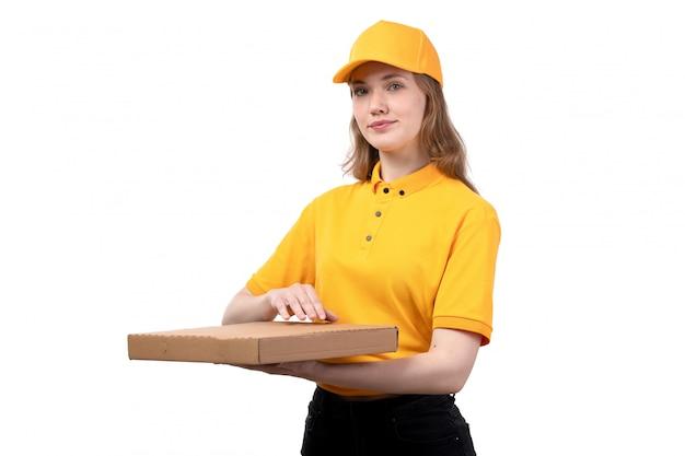 Een vrouwelijke werknemer van de vooraanzicht jonge vrouwelijke koerier van de dienst van de voedsellevering het glimlachen de doos van het holdingsvoedsel op wit