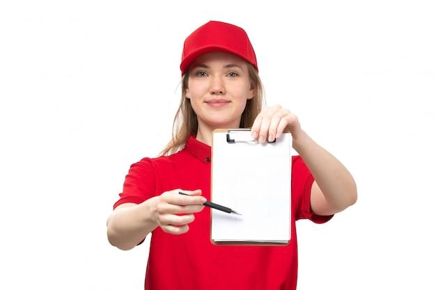 Een vrouwelijke werknemer van de vooraanzicht jonge vrouwelijke koerier van de dienst van de voedsellevering het glimlachen holdingsblocnote en het vragen om de handtekening op wit