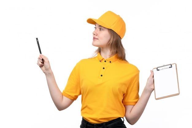 Een vrouwelijke werknemer van de vooraanzicht jonge vrouwelijke koerier van de holdingspen en blocnote van de voedselleveringsdienst voor handtekeningen op wit