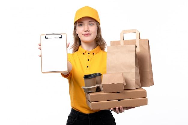 Een vrouwelijke werknemer van de vooraanzicht jonge vrouwelijke koerier van van de de leveringsdienst van de voedsellevering de pizzadozen en de blocnote van voedselpakketten op wit