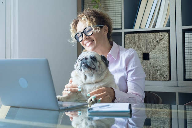 Een vrouwenportret dat thuis op computer werkt