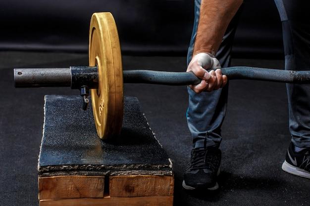 Een vuist van een man, gymnastiek barbell vasthouden