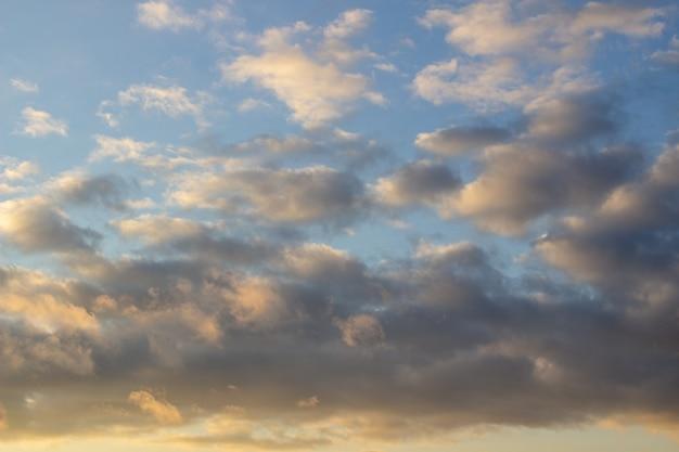 Een vurig oranje zonsonderganghemel. mooie hemel met wolken.