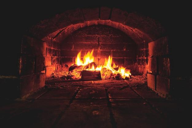 Een vuur brandt in de stenen kachel