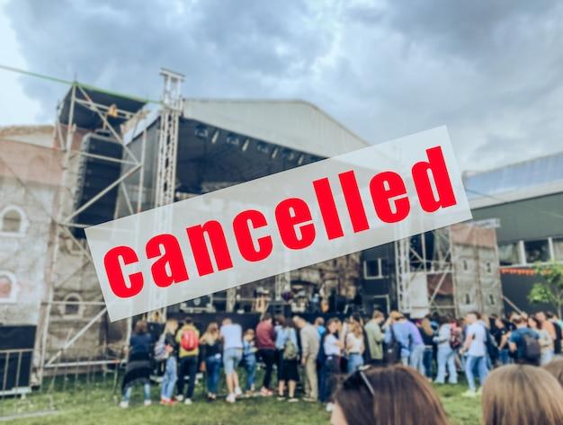 Een waarschuwingsbord dat een concert of ander evenement is afgelast.