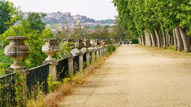 Een wandeling in het openbare park langs de rivier de taag en mensen die in de verte sporten