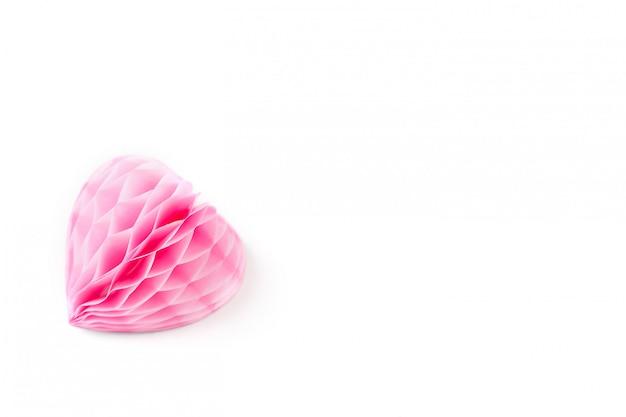 Een weelderig roze papieren hart op een wit oppervlak,