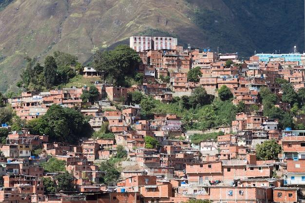 Een weergave toont de sloppenwijk van petare, venezuela