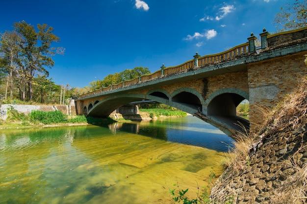Een weergave van bunder bridge met helder water bij oya river, yogyakarta.