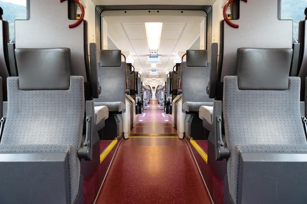 Een weergave van een treincabine van binnenuit