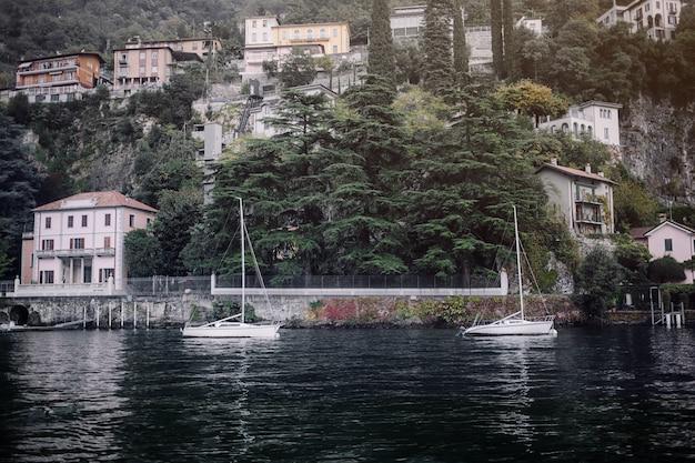 Een weergave van het mooiste meer in italië, varenna, lago di como. avond tijd.