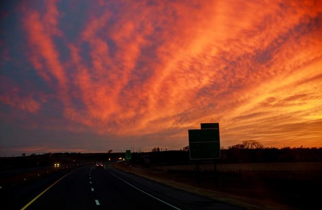 Een weg in een kleurrijke zonsondergang in texas