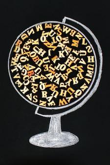 Een wereldbol met houten letters van het engelse alfabet