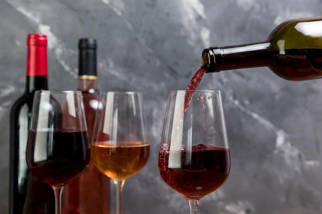 Een wijnfles vullend wijnglas
