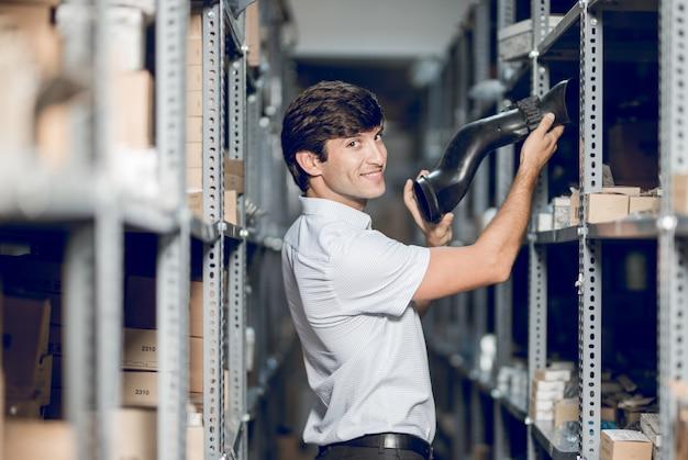 Een winkelmedewerker die details uit het magazijn haalt