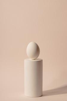 Een wit ei op een podium. minimalisme en eenvoud esthetiek