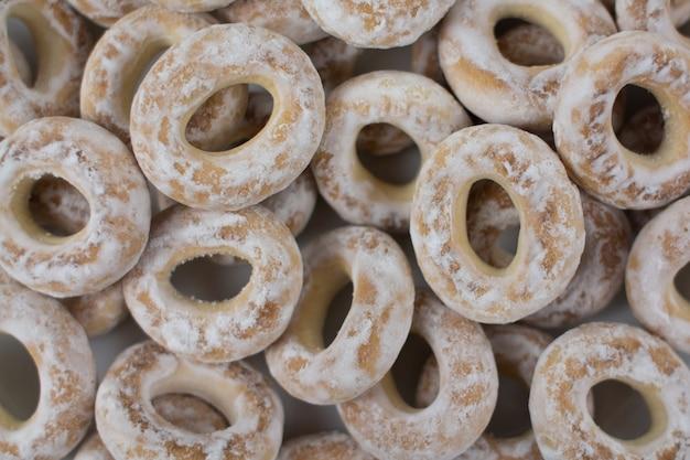 Een witte bagels in poedersuiker bakken op de achtergrond