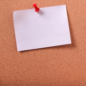 Een witte kleverige post notitie gespeld cork prikbord kopie ruimte
