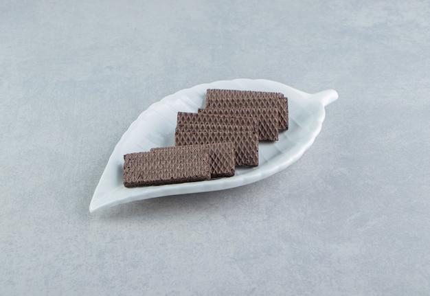 Een witte kom vol chocoladewafels.