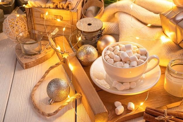 Een witte kop koffie met marshmallows op een magische kerstachtergrond