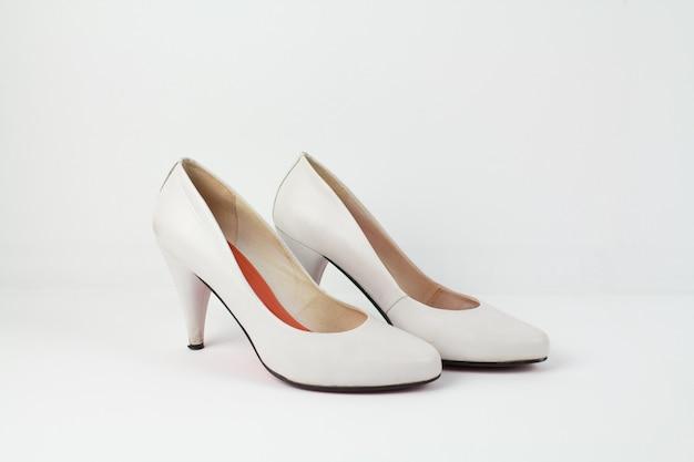 Een witte leren vrouwelijke schoenen