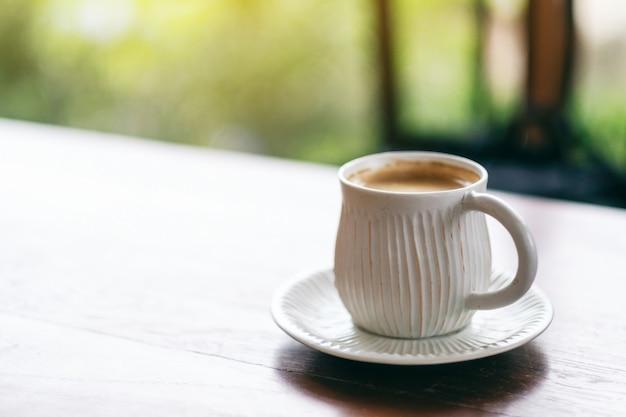 Een witte mok warme koffie op houten tafel