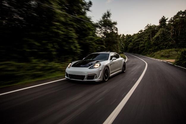 Een witte sportwagen met zwarte autotuning.