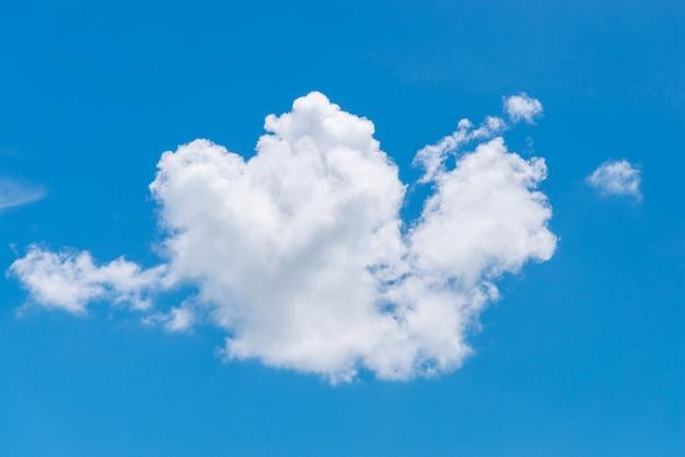 Een witte wolk van hartvorm op een blauwe hemel