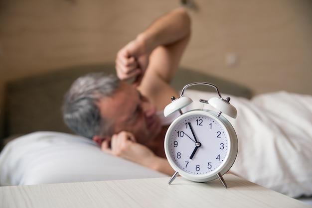 Een woedende man die niet in de ochtend wakker wordt. boze man in