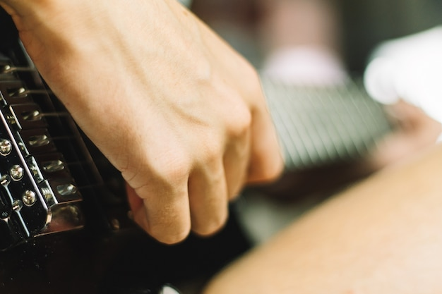 Een zachte focus een close-up van de hand gitaar spelen