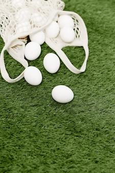 Een zak met witte eieren op de boerderij van het gazon lentefestival. hoge kwaliteit foto
