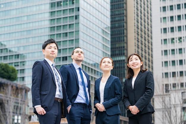 Een zakelijk team van vier mannen en vrouwen in pak