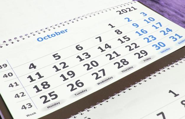 Een zakelijke kalender plannen voor oktober 2021 papieren muur bedrijfsconcept