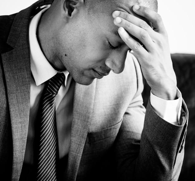 Een zakenman die aan moeheid lijdt