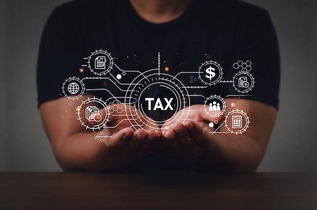 Een zakenman die een computer gebruikt, vult online een aangifteformulier voor de inkomstenbelasting in voor belastingbetalingen