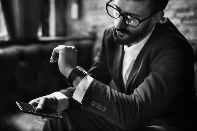 Een zakenman die een smartphone gebruikt