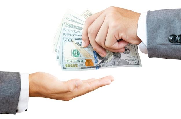 Één zakenman die usd-bankbiljet voor betaling houdt en één hand neemt. amerikaanse dollar is de belangrijkste en meest populaire valuta in de wereld. investerings- en spaarconcept.