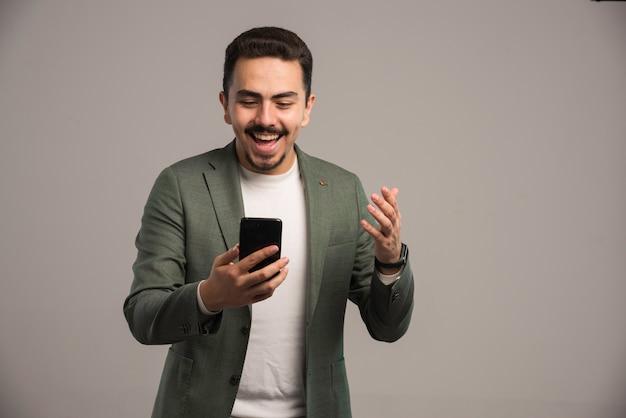 Een zakenman in dresscode met een videogesprek.