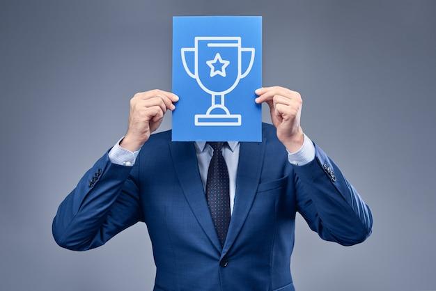Een zakenman in een blauw pak met een vel blauw papier
