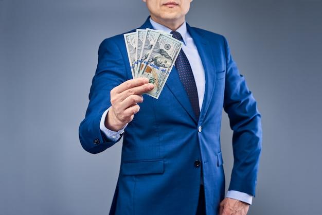 Een zakenman in een blauw pak met geld