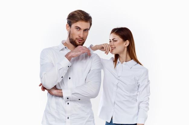Een zakenman in een overhemd en een vrouwelijke werknemer op een licht gebaren met de handen van hun partners