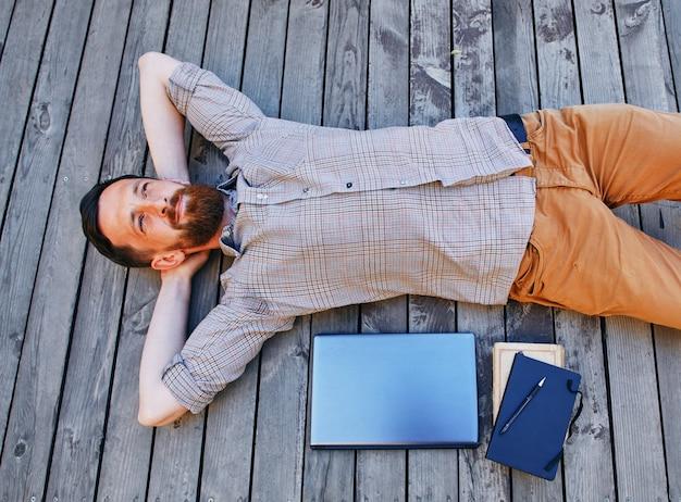 Een zakenman in een pauze tussen het werk