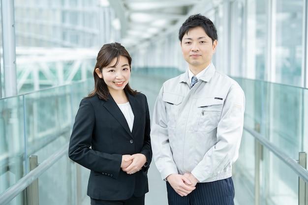 Een zakenman in werkkleding en een zakenvrouw in een pak