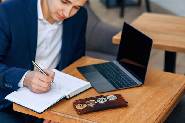Een zakenman maakt een notitie in zijn notitieblok